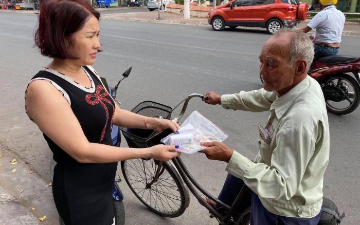 Người tàn tật bán vé số trong cuộc sống